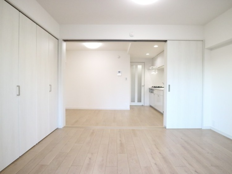 リビングとの間仕切りは三枚扉になっています。仕切って寝室にも、開放してワンルームにもなります。