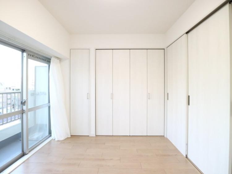 使い勝手の良いクローゼットが付いた洋室。スッキリとした空間でインテリアを楽しんでください。
