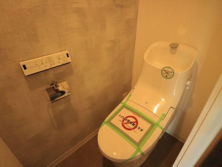 毎日使うものだから、「シンプルでムダのないデザイン」で空間と調和するウォシュレット機能付トイレ。