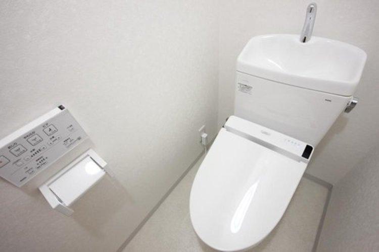 白を基調とし、清潔感のある空間に仕上がりました。人気のウォシュレットタイプを採用し、日々の生活を快適にします。
