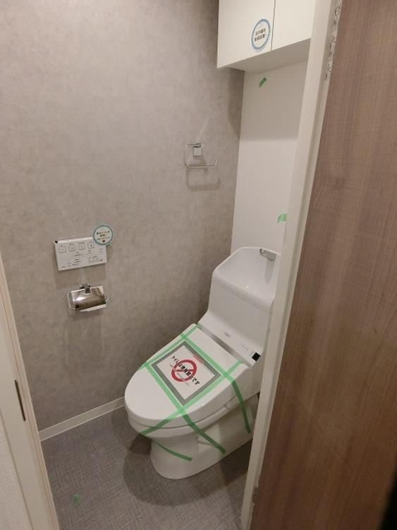 温水洗浄便座付きトイレは、清潔感が印象的な空間。