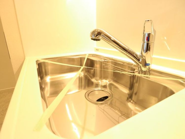 キレイなお水がいつでも、安心して飲める浄水器内蔵水栓。シンクまわりもすっきりとまとまり水栓のデザインもオシャレ。