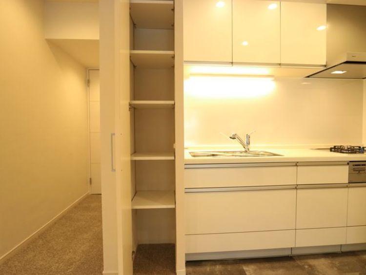 キッチン横にも収納スペースをご用意。細々したモノを片付けられて便利です。
