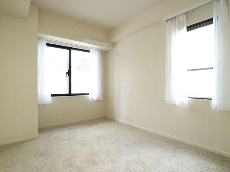 大きな窓からたっぷりと陽光が注がれる明るい空間。一日の疲れをいやしてくれる主寝室。