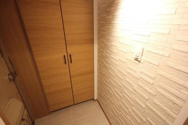 玄関を開けると、新規リフォームによって生まれ変わった空間が皆様を迎え入れます。部屋への期待感が高まりますね。