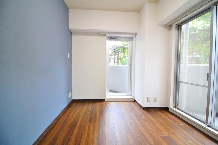 居室に窓が2ヶ所あるので、明るさの確保と、風の通り道ができることで換気のしやすいお家になっています。居室のドアを開けることなく空気が入れ替えられるので、一人で落ち着きたい時にも。