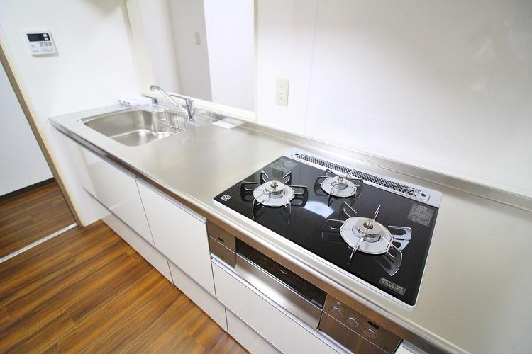 作業スペースを多くとった対面キッチン。夫婦そろってキッチンに立っても調理がしやすくゆとりある広さ。食器類もすっきりと片付く収納力が期待できます。家事をしながら会話も弾みます。