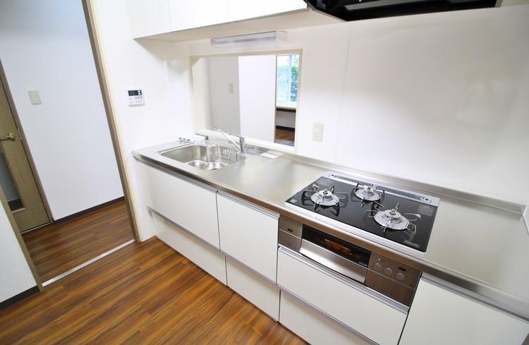キッチン等の設備も時代の移り変わりで、機能性が変わります。新築時よりも使いやすく、機能性を上げ、良い立地条件は変えないのがリフォームの良いところです。新築よりもプラスの価値を。