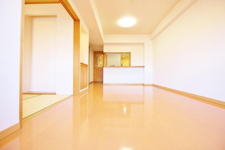 「リビングダイニング」広々としたLDKは家具のレイアウトも自由自在なのでご家族の理想のスペースが作り上げられます。素敵なインテリアに囲まれてた自分好みの空間を。