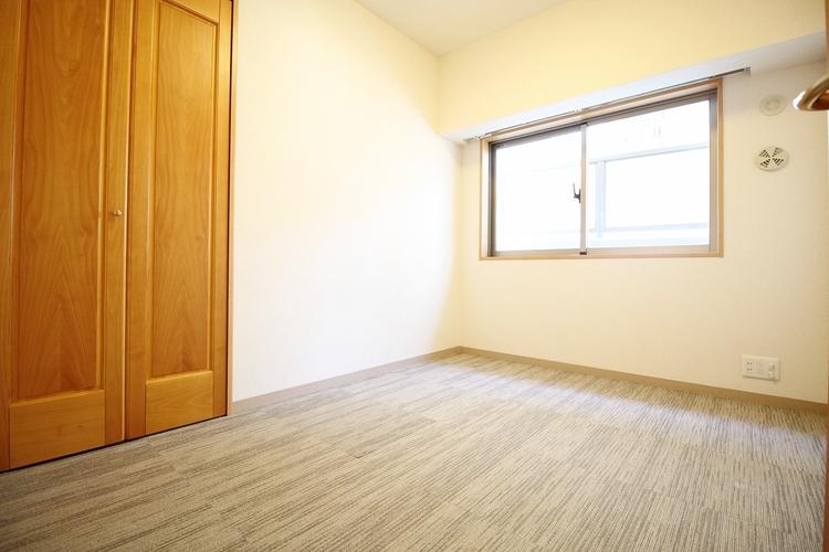 「収納のある居室」クローゼットのあるお部屋。荷物を収納することでお部屋をスマートに見せることができます。気持ちの良い自分空間を。