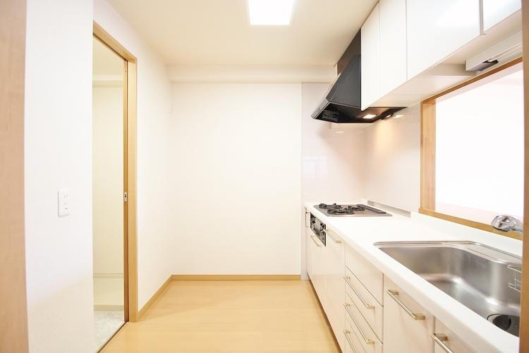 「広々キッチン」大型の冷蔵庫やレンジボードもしっかり置ける広々としたキッチンスペースが大事。ゆとりある空間で作業ができるとお料理の腕も日に日に上がりそうな気がしてきます。