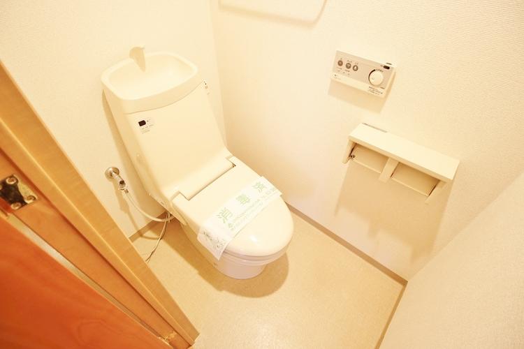 「温水洗浄便座付きトイレ」シンプルながらも落ち着くデザインもトイレにはもちろん温水洗浄便座付きで機能性も兼ね備えています。