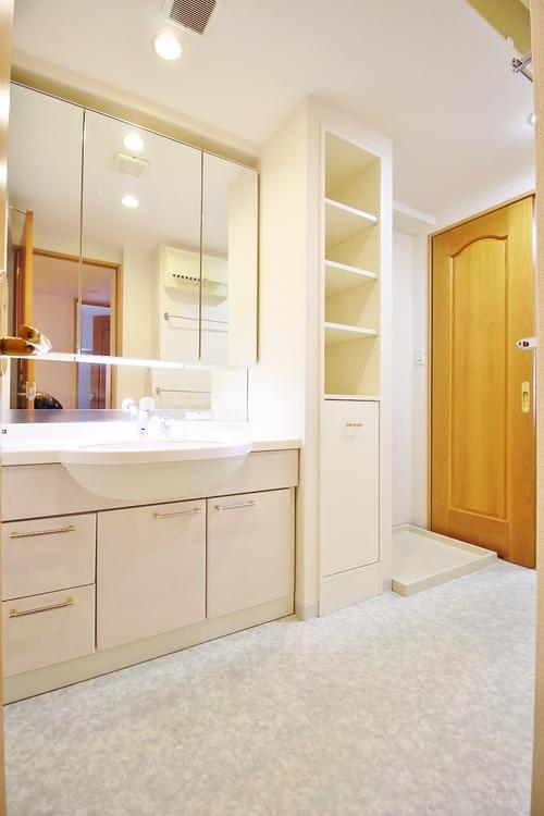 「洗面所」洗面室には、洗面台以外にも収納を設けました。スペースを有効活用した壁面収納は、可動式棚を採用しており、フレキシブルに活用いただけます。