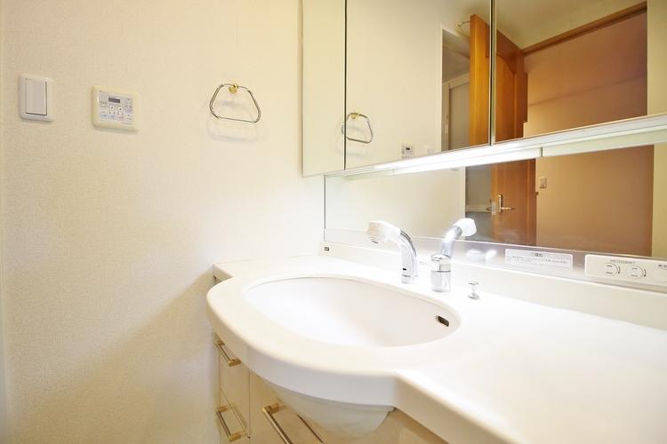 「洗面台」白を基調としすっきりとしていて機能的な印象の洗面台になっています。