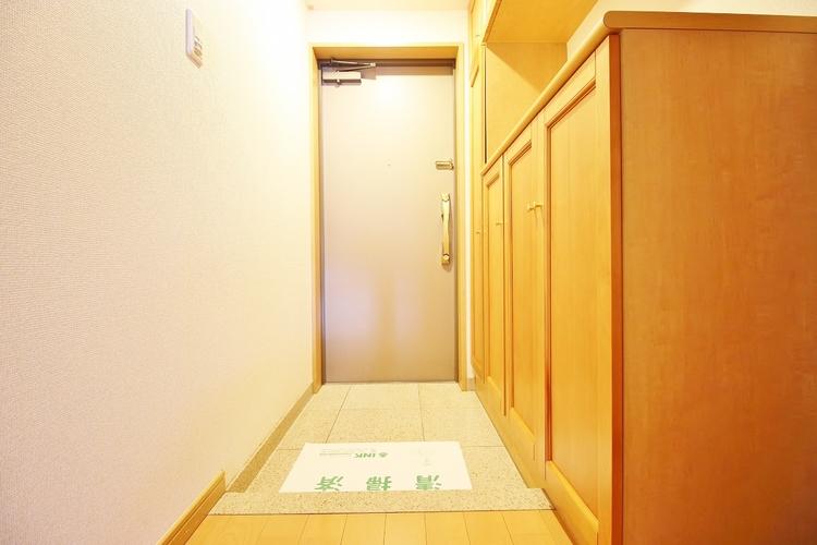 「玄関」スペースが少ない玄関は靴や小物で溢れがちですが収納棚があることで靴はもちろん小物も収納できお出かけ時に慌てることもなくリラックスして準備を進められますね。
