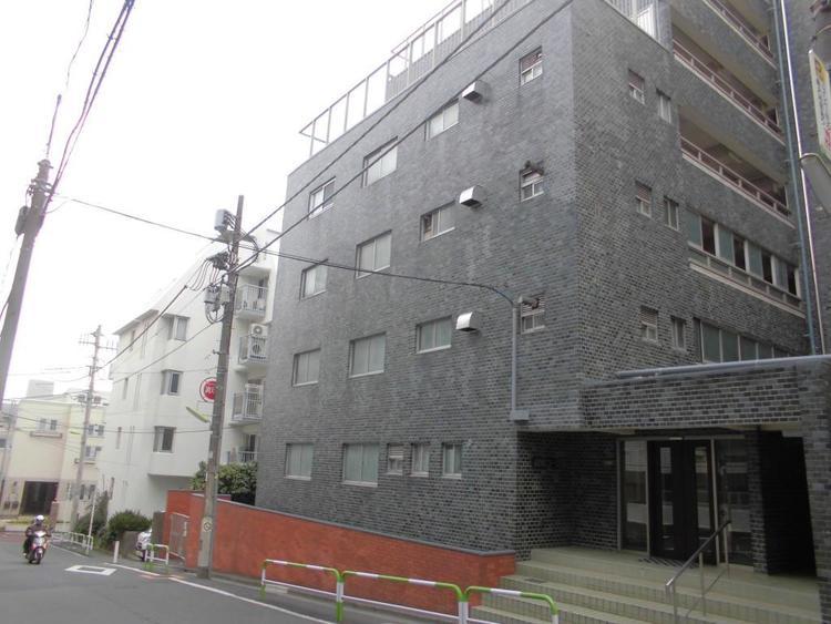 おしゃれなタイル張りのマンション外観。交通、買物、教育など周辺施設が充実し、利便性の良いマンションです。