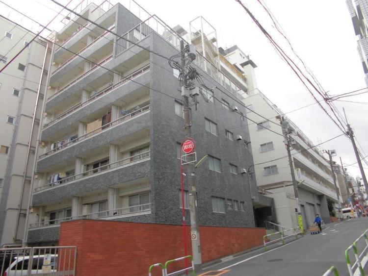 成城学園前駅より徒2分という立地に佇むマンション