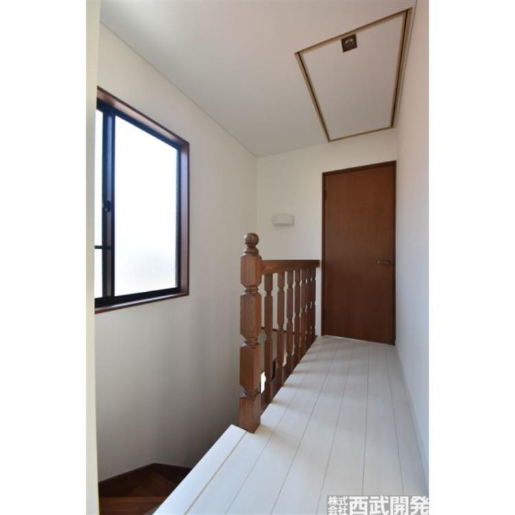 2階廊下には、何かと便利な小屋裏収納付き!スキー用品や暖房器具など季節の入替え品を上手に収納してください!