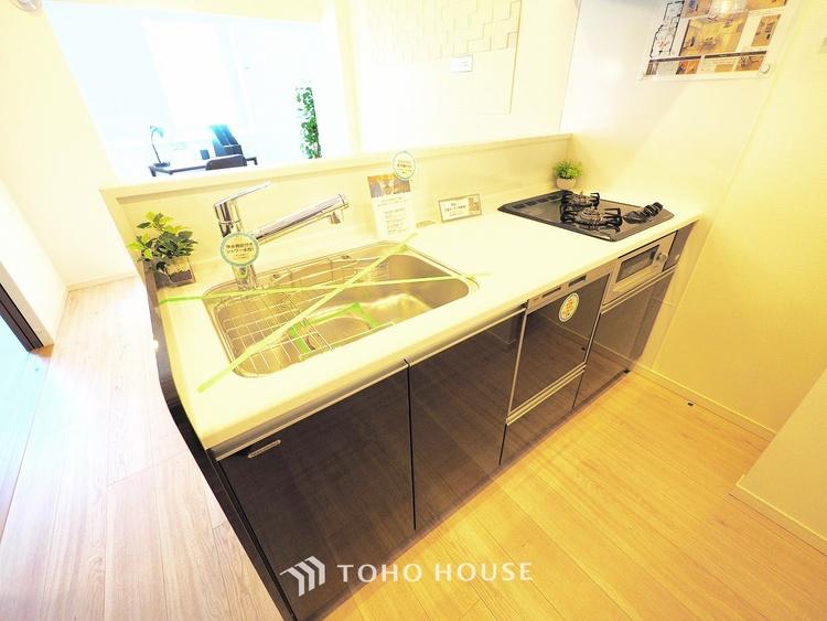 落ち着きのある色調で清潔感と気品が溢れるシステムキッチン