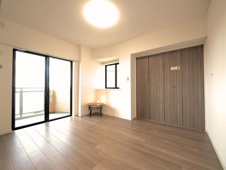 バルコニーに面した部屋は陽の光が優しく包み込みます