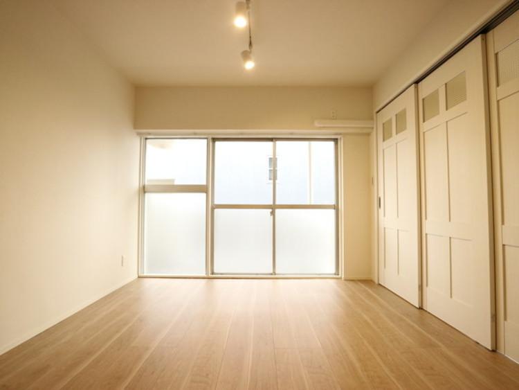 大きな窓からたっぷりと陽光が注がれる明るい空間。一日の疲れをいやしてくれる寝室。時を忘れて過ごせるお部屋。