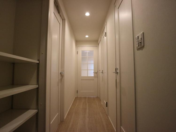 明るく清潔感のある玄関。収納スペースも充分あり、玄関をスッキリ綺麗な空間に纏めます。
