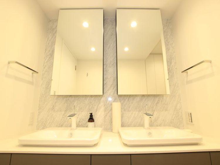 デザイン性の高い洗面化粧台。2ボウルの洗面台で忙しい朝もゆったりと身支度ができます。リラックスして優雅なひと時をお過ごし下さい。