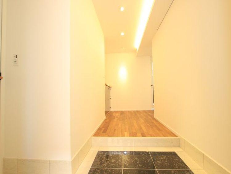 上質感漂う落ち着きのある玄関。安らぎに満ちた生活空間を予感させてくれます。