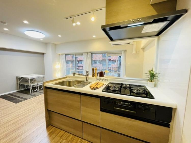 ホワイトとウッド調を基調とした清潔感のあるキッチン。使い勝手の良い設備のキッチンで効率よくお料理ができます。
