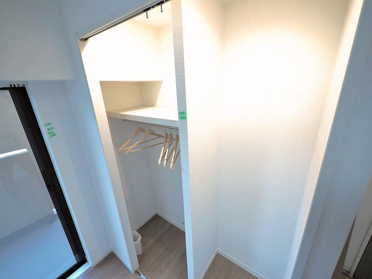 クローゼットには仕切り棚があるので細かい収納が可能になります