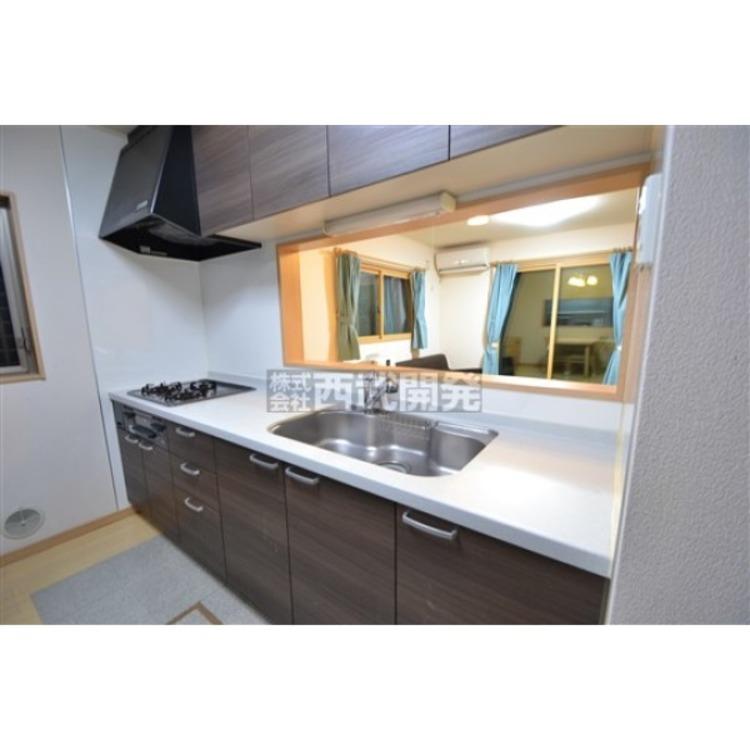 キッチンは吊戸棚つき!対面キッチンはリビング全体を見渡すことができます。