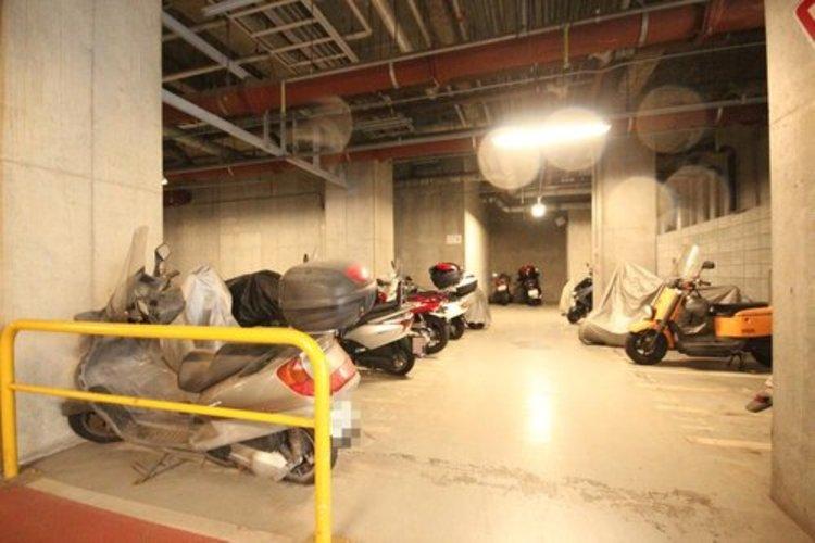 敷地内にバイク置き場がございます。※空き状況は都度ご確認下さい。