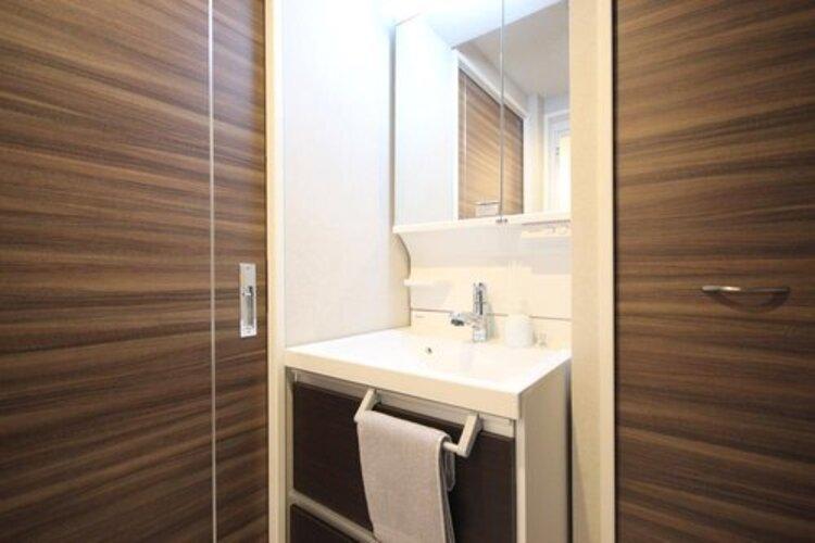 身だしなみを整えやすい事はもちろんですが、鏡の後ろに収納スペースを設ける事により、散らかりやすい洗面スペースをすっきりさせる事が出来るのも嬉しいですね。