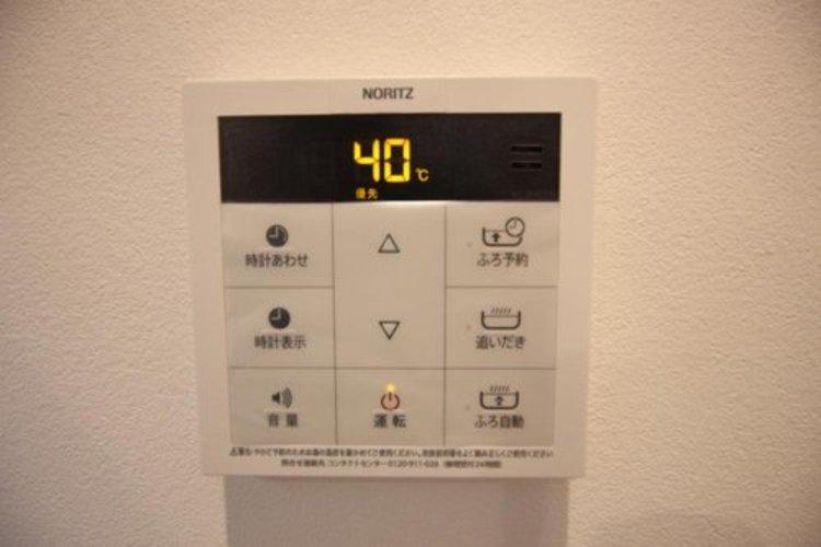 見やすい画面で操作しやすい給湯パネルです。スイッチ1つで一定量の湯を浴槽に張るなど、お忙しい奥様にも嬉しいポイントです。