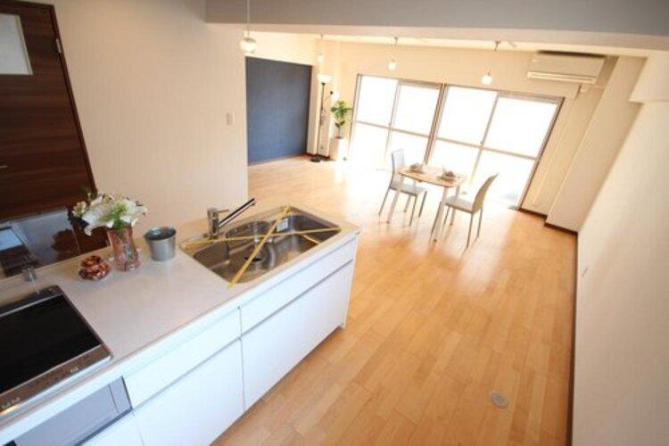 夫婦揃ってキッチンに立っても調理がしやすく、家事をしながら会話も弾みます。食器類もすっきりと片付く収納力。