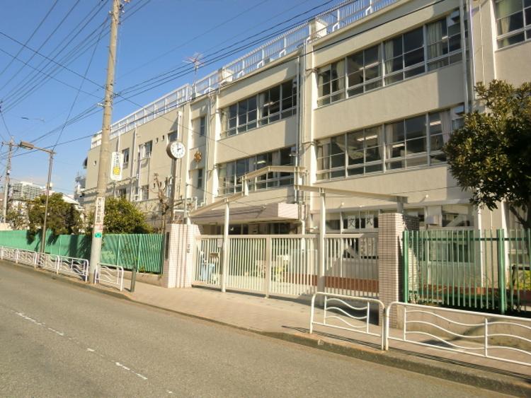 江東区立深川第二中学校まで668m。69年の伝統と下町の気風を生かし、生徒の学びと育ちを育んでいきます。