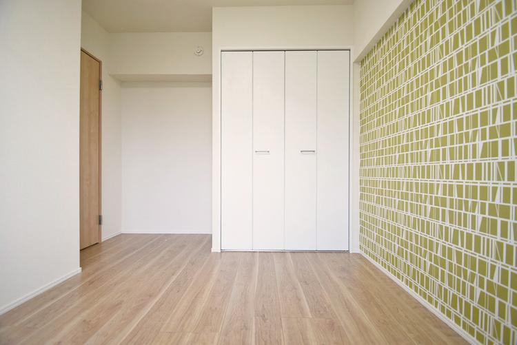 オシャレな空間を演出するアクセントクロスを設置されたお部屋