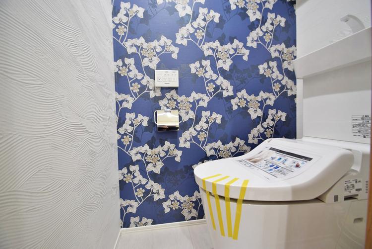 デザイン性のある壁紙が施されたトイレ空間