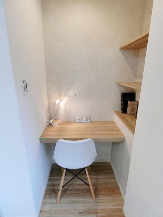 カウンターと棚があり、パソコン作業や読書などにも活用できます。