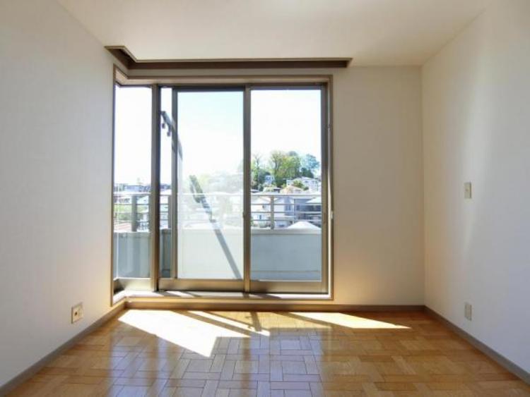 窓部分が大きくなっているお部屋は、光が良く差込み昼間は電気をつけずに、心地よい風の中で読書などができますね♪