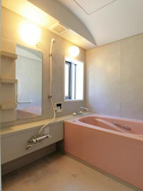 お子様とのお時間を楽しんで頂いたり、一日温疲れを癒して頂けるゆったりとした浴室になっております。