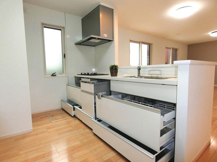 収納豊富なキッチンで、食器や食品などもスッキリ片付きます。