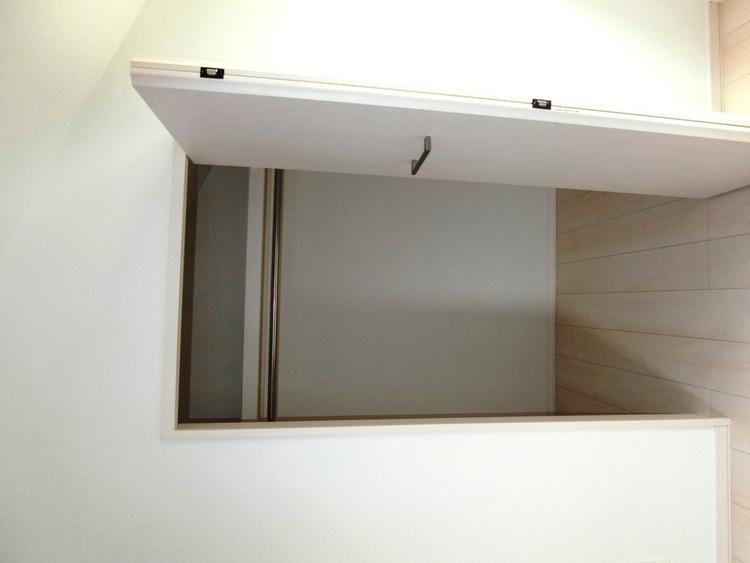 階段下を活用した収納スペース。