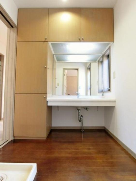 洗面スペースにも十分すぎる程の収納がある為、物の置き場所に困りませんね♪