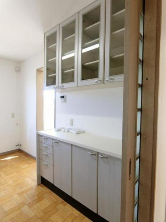キッチンスペースには、カップボードもあり、お客様にて食器棚などをご用意頂く必要がございません。
