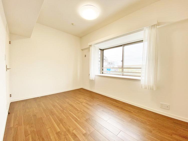 木目調の落ち着いた雰囲気の約6.3帖のお部屋は出窓付き