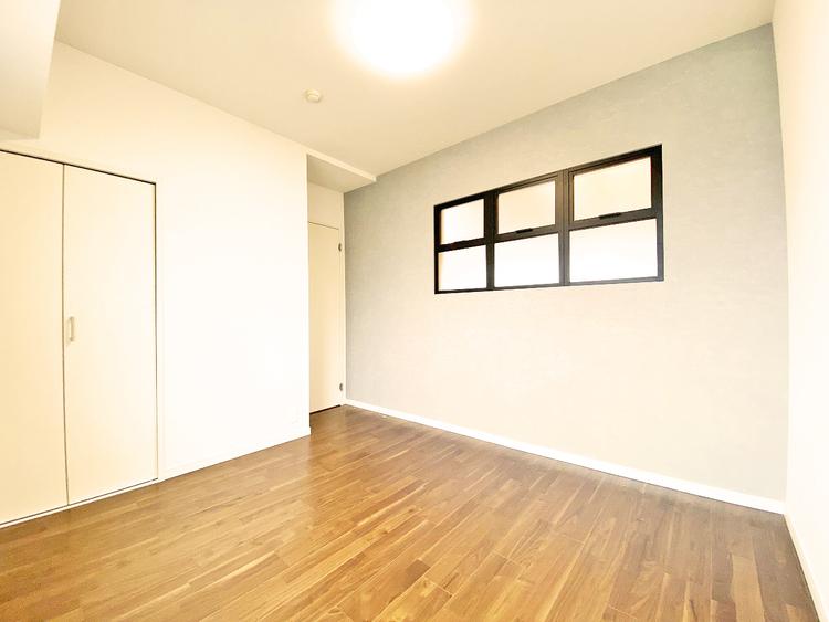 リビング側の壁にオシャレな小窓を設けたことで明るさと心地よい風を感じられます
