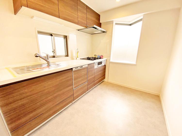 空気がこもりやすいキッチンも小窓を設けることで明るさと換気性アップ
