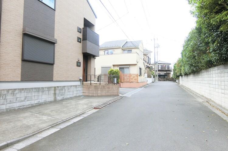 第一種低層住居専用地域ですので、辺りは閑静な住宅街が広がります。