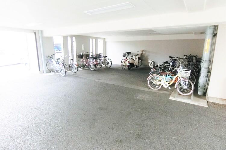 敷地内の駐輪場です。最新の空き状況はご確認ください。